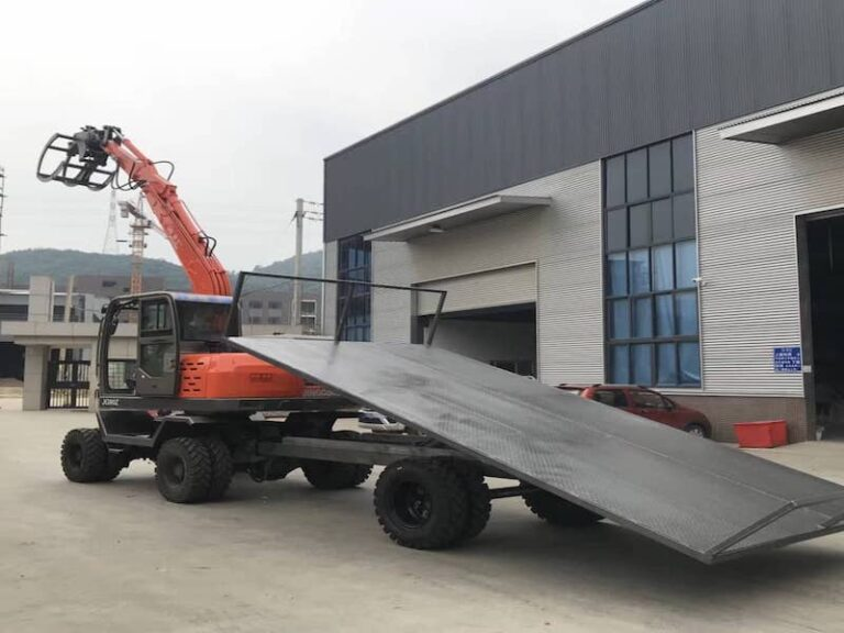 Wheeled excavator with the tailer